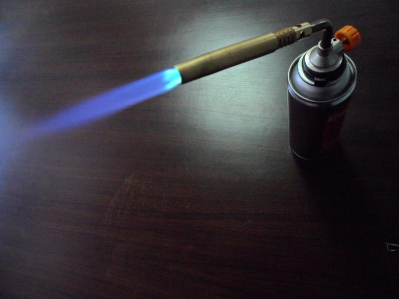 Gas torch with manual ignition for lockable can